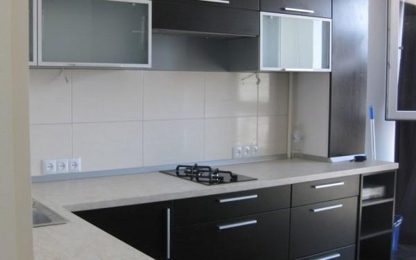 Geconfronteerd met de keuken met wandpanelen. keukenreparatie door
