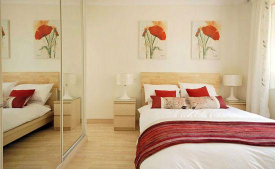 Te Kleine Slaapkamer : Interieur van de slaapkamer in het appartement. kleine slaapkamer