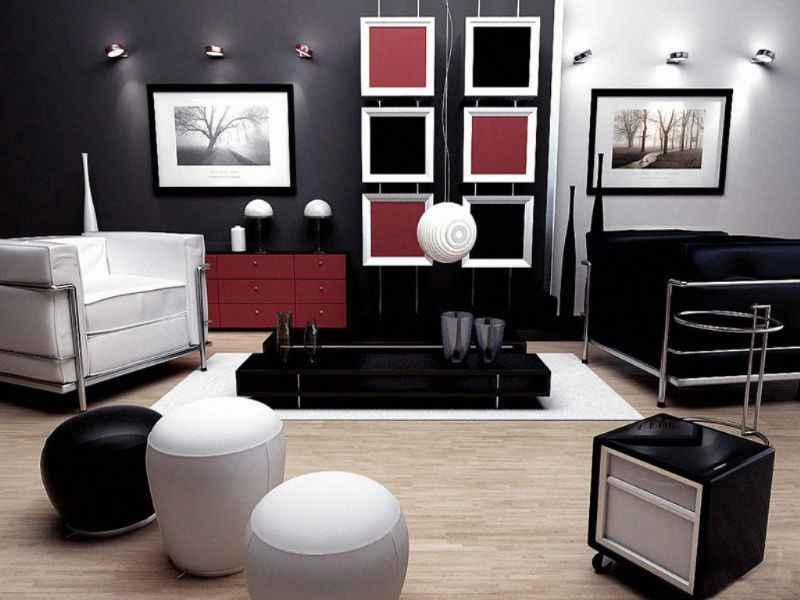 Woonkamer met bruin behang. De donkere woonkamer